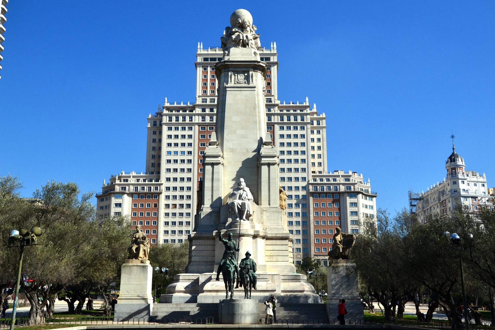 Монумент Мигелю Сервантесу на Площади Испании в Мадриде
