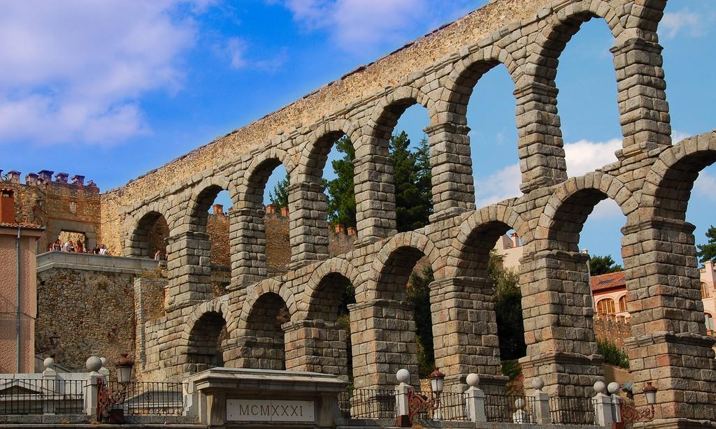 Римский Акведук в Сеговии Фото: Neticola