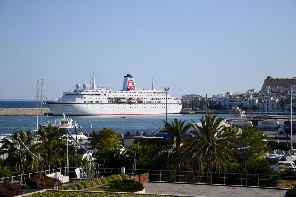 Корабль в порту Ибицы. / Фото: Vince_Vega (Flickr / C.C.)