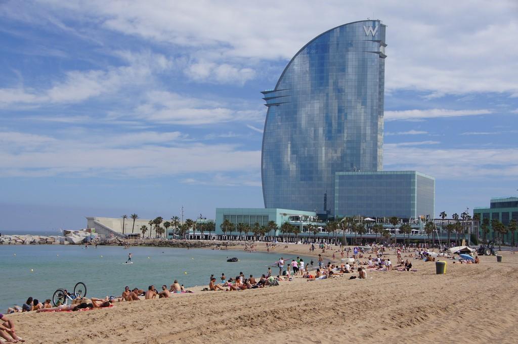 """Пляж Барселоны и знаменитый отель W, также называемый """"отель-парус"""" / Фото: twicepix (Flickr / C.C.)"""