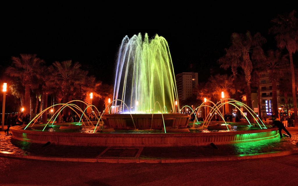 Поющие фонтаны радуют туристов каждую ночь на Paseo Jaume I / Фото: Juan Enrique Gilardi (Flickr / C.C.)