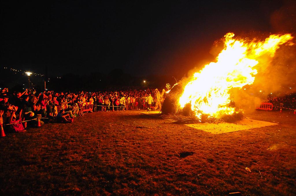 Типичные костры праздника Сан Жуан / Фото: Bilboko Konpartsak (Flickr / C.C.)