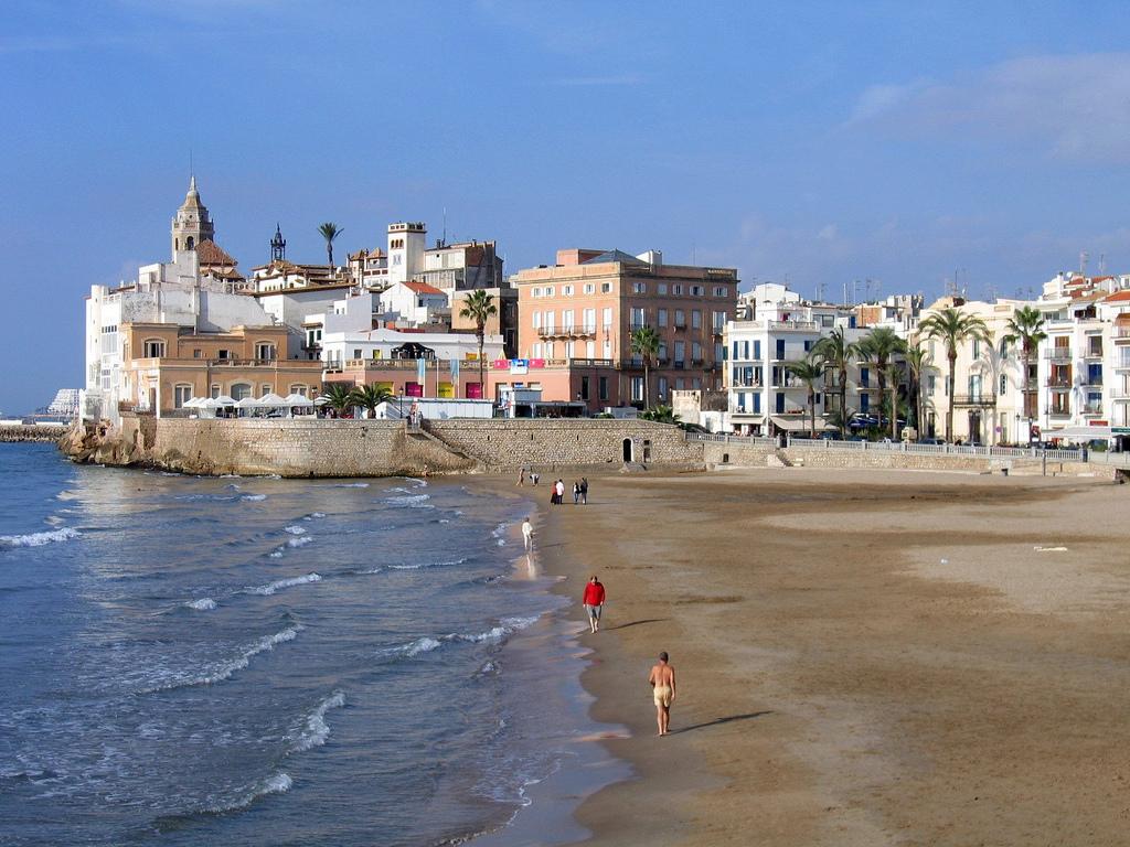 Ситжес находится в стратегическом месте между Барселоной и Таррагоной, что делает его чрезвычайно привлекательным для туристов. / Фото: Jef Nickerson / Flickr / C.C.)
