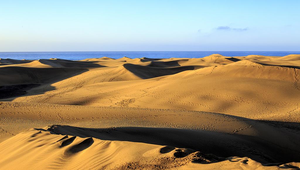 Контраст между печаными дюнами и океаном- делает путешествие на Канарские острова незабываемым!/ Фото: Joakim Berndes (Flickr / C.C.)