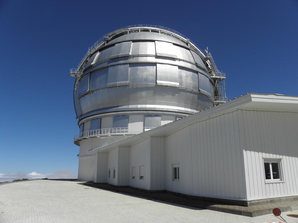 Большой Канарский Телескоп- крупнейший оптический телескоп в мире! Благодаря ему изучаются черные дыры, звезды и отдаленный галактики./ Фото: Sjonarmerki (Flickr / C.C.)