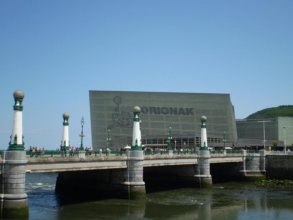 """Противоречивый Дворец Конгрессов """"Курсааль"""" стал одним из символов города / Фото: alvarezperea (Flickr / C.C.)"""