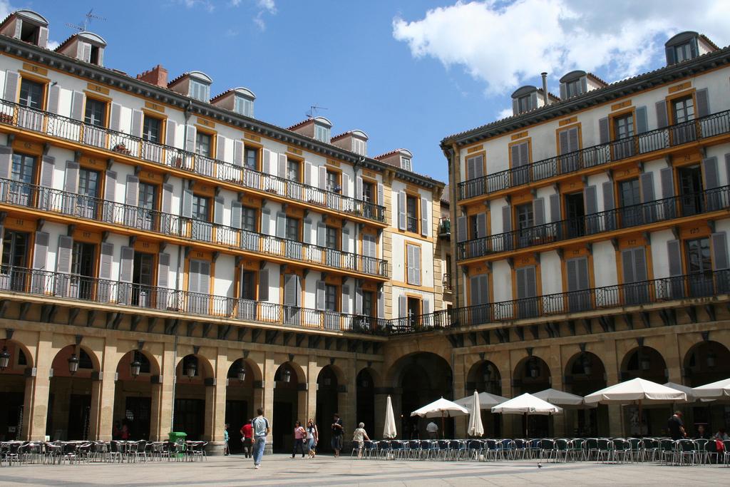 Площадь Конституции расположена в старомй части Сан-Сеастьяна. Все крупные культурные события и фестивали проходят именно здесь