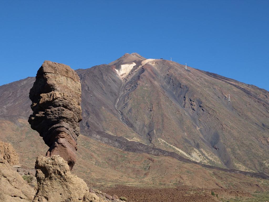 """Вулкан Тейде на острове Тенерифе- самая высокая точки Испании (3718 метров) и большую часть года вершина покрыта снегом. Кстати, этот вулкан и дал имя острову, так как """"Тенер-Ифе"""" на древнем местном языке означало """"белая гора"""" / Фото: JGVphoto (Flickr / C.C.)"""
