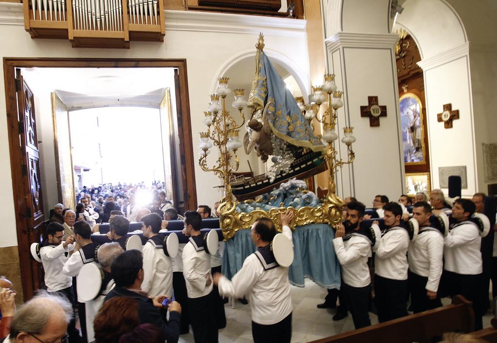 Релизиозная процессия Virgen del Sufragio, покровительницы города- один самых ожидаемых моментов в Бенидорме. Согласно традиции этот образ Девы Марии появился буквально из ниоткуда 16Марта1740 года на берегах Бенидорма. / Фото: Presidència Generalitat (Flickr / C.C.)
