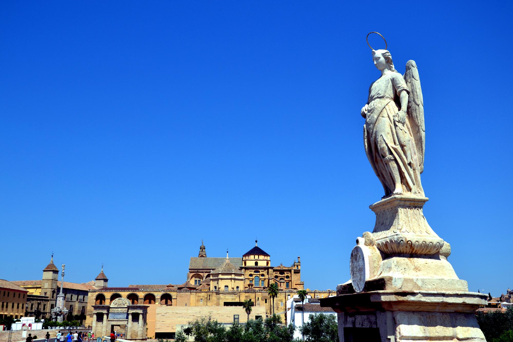 Статуя Архангела Рафаэля / Римский Мост в Кордове фото: Mundo-Guides