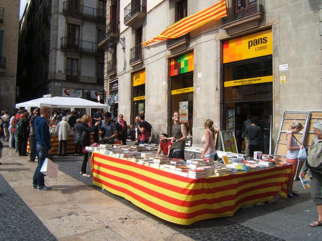 На праздник Сан Жорди (исп. Сан Хорхе)в Барселонеесть традиция дарить мужчинам- книгу и розу- женщинам / Фото: Francesc_2000 (Flickr / C.C.)