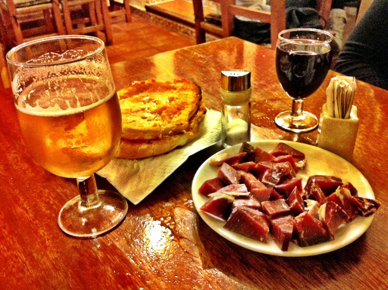 Plato de jamón, vino y cerveza Фото: Wikipedia C.C.