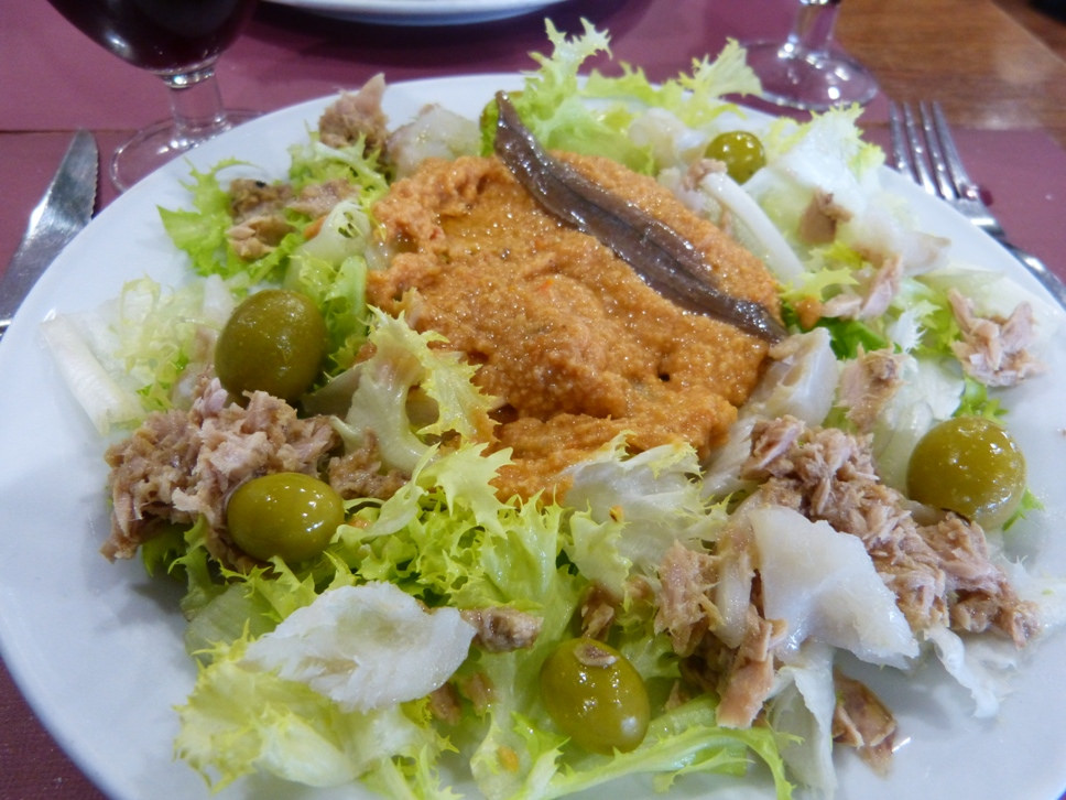 El Xató - типичное блюда в Ситжесе. Эта специальность состоит из: салата скароль, анчоусов, тунца, трески, и оливок, и сопровождается соусом из жареных миндаля и лесного ореха, хлебного мякиша, зрелых томатов, уксуса, чеснока, оливкового масла, соли и перца ньора / Фото: calafellvalo (Flickr / C.C.)