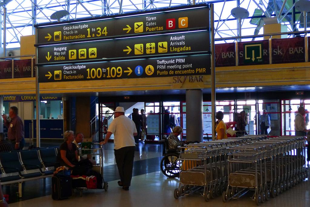Интерьер терминала аэропорта Гран Канария. Этот аэропорт,с10 миллионами пассажиров в год- самый важный на Канарских островах/ Фото: Håkan Dahlström (Flickr / C.C.)
