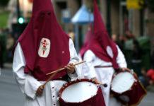 Страстная неделя в Испании. Назаренос, или Члены процессий, одеты в остроконечные колпаки. Остальная одежда полностью скрывает тело человека, оставляя открытыми только глаза «грешника» / Фото: Contando Estrelas (Flickr / C.C.)